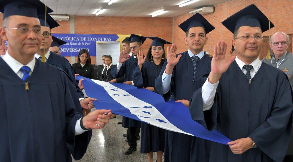 Graduados prestando el juramento de ley